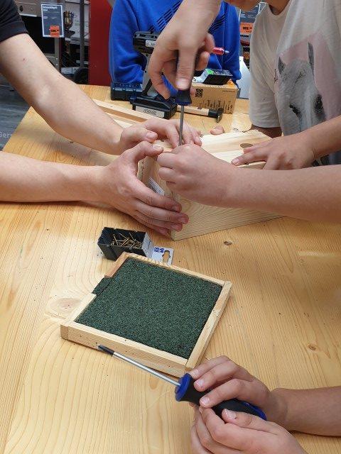 Die Schülerinnen und Schüler der Cmeniusschule bauen Vogelnistplätze